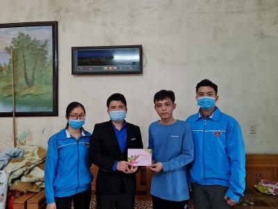 Thành đoàn trao tặng quà Tết cho thanh niên công nhân tại Hải An