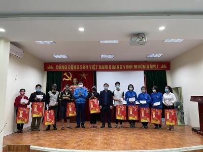 Trao tặng quà Tết cho thanh niên công nhân dịp Tết Nguyên đán 2021
