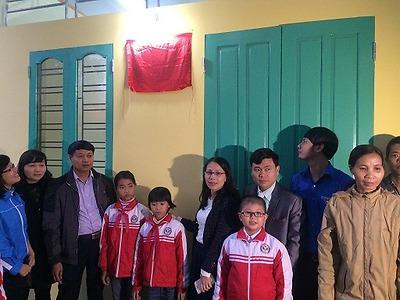 """Khánh thành Nhà """"Khăn quàng đỏ"""" cho em Đào Thị Phương, lớp 5B, Trường Tiểu học Lý Tự Trọng"""