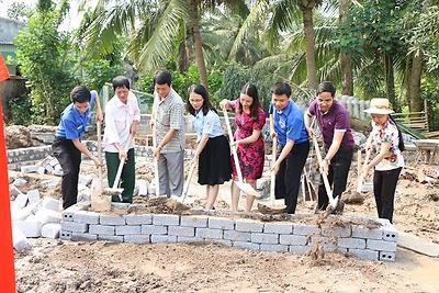 """Khởi công xây dựng nhà """"Khăn quàng đỏ"""" cho gia đình em Đồng Thị Ngọc Hà, chi đội 2A, Liên đội Tiểu học Vĩnh An"""