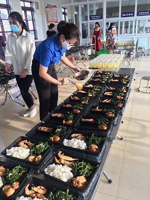 """Đoàn viên Thanh niên quận Lê Chân ngoài việc tích cực hướng dẫn cài và trực tiếp cài ứng dụng Bluezone cho nhân dân còn tiếp tục đảm nhận việc """"chia"""" thức ăn và đưa đồ ăn cho đồng bào đang được cách ly tại khu cách ly tập trung của quận Lê Chân tại K"""