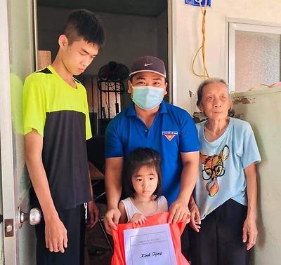 Đoàn thanh niên Công ty CP Phục Vụ Mai Táng tới thăm, tặng quà cho các em thiếu nhi có hoàn cảnh khó khăn trên địa bàn phường Anh Dũng.