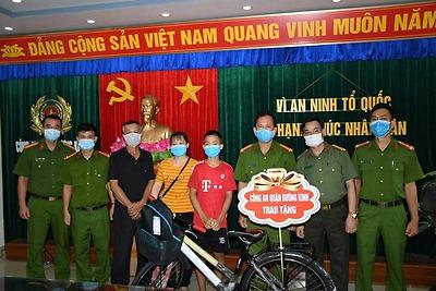 CBĐV Công an quận Dương Kinh giúp đỡ cháu bé đi lạc từ Hà Giang về Hải Phòng tìm được gia đình