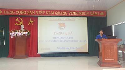 Đoàn thanh niên Khối các cơ quan thành phố phối hợp với Quận đoàn Dương Kinh tổ chức tặng quà cho 05 học sinh lớp 12 chuẩn bị bước vào kỳ thi tốt nghiệp THPT Quốc gia có hoàn cảnh khó khăn trên địa bàn quận.