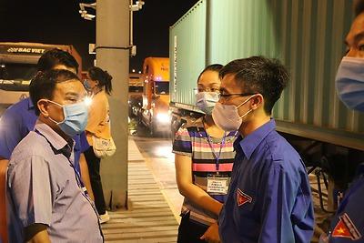 Đồng chí Bí thư Thành đoàn tới thăm đội Thanh niên tình nguyện phòng, chống dịch bệnh Covid-19 cấp thành phố làm việc xuyên đên tại cảng Tân Vũ, quận Hải An