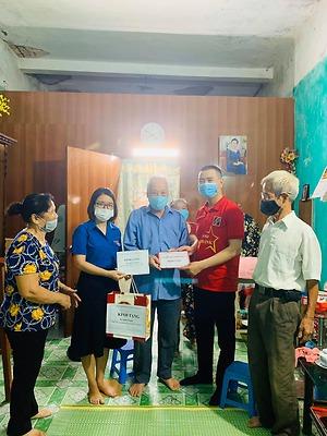 Đoàn khối chỉ đạo nhóm an sinh số 7 tổ chức Chương trình trao tặng 7 suất quà cho gia đình thương - bệnh binh, gia đình liệt sỹ.