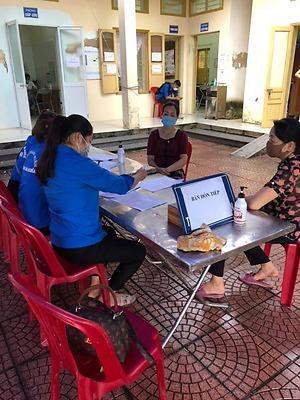 Đoàn thanh niên hỗ trợ khám sàng lọc, tiêm vacine