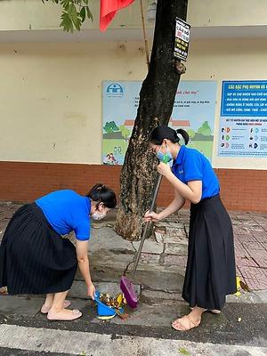 Quận đoàn Hải An: Ra quân dọn vệ sinh môi trường ngày cao điểm