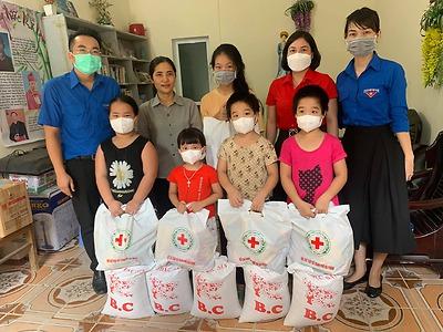 Trao tặng 45 suất quà cho 45 em học sinh mồ côi, học sinh có hoàn cảnh khó khăn trên địa bàn