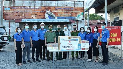 Đoàn Khối doanh nghiệp phối hợp tổ chức trao tặng quà cho 05 chốt kiểm dịch phòng, chống dịch bệnh Covid-19
