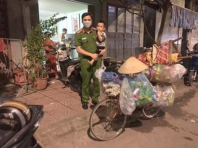 Hành động đẹp của đồng chí Cảnh sát khu vực làm ấm lòng đêm Trung thu