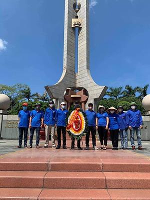 Đoàn thanh niên công ty Cổ phần Phục vụ mai táng đã tổ chức lễ dâng hương tri ân các anh hùng liệt sỹ và lao động dọn vệ sinh tại Đài tưởng niệm các Anh hùng liệt sỹ thành phố.