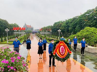 Ban Thường vụ Đoàn Khối Doanh nghiệp tổ chức trang trọng Lễ dâng hương tại Đài tưởng niệm các anh hùng liệt sỹ Thành phố Hải Phòng.