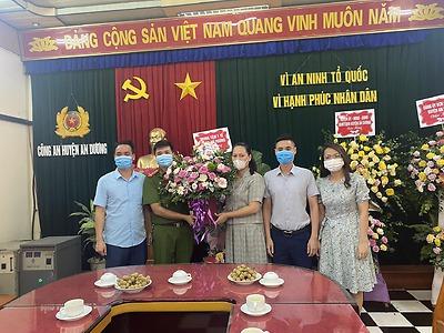 Huyện đoàn An Dương cùng Cụm khối kết nghĩa đường 203 tổ chức đến chúc mừng 2 đơn vị công an trong cụm khối: Công an huyện An Dương, Phòng Cảnh sát cơ động Thành phố.